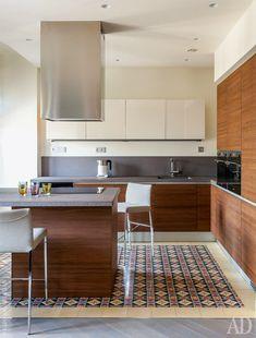 Кухонный гарнитур из ореха, Valcucine. Минималистский интерьер смягчает расписная цементная плитка из Испании.