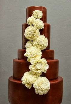 I always dreamed of a white wedding cake but this looks classy