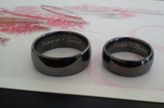 Schwarze Trauringe mit Gravur. Black Wedding Band Eheringe in Silber.