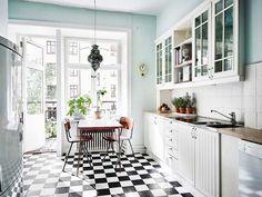 Valkoista, harmaata ja keittiöitä