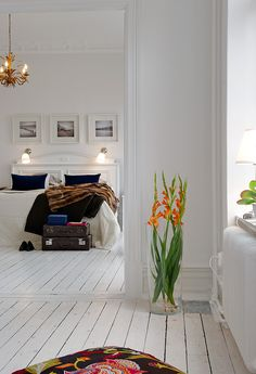 Love the painted floorboards all white White Floorboards, Painted Floorboards, Painted Floors, Painted Wood, Decoracion Vintage Chic, Wood Beds, Design Your Home, Best Interior, Scandinavian Style