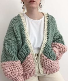 Honey blossom cardigan goldfreckles 16 trendy autumn street style outfits for 2018 Cardigan Au Crochet, Knit Crochet, Chunky Knit Cardigan, Crochet Tops, Crotchet, Hand Knitted Sweaters, Fall Sweaters, Knitting Sweaters, Sweater Knitting Patterns