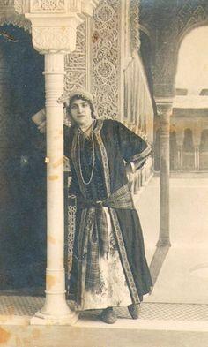 Mi bisabuela, Lola, en una fiesta de carnaval en La Alhambra. Granada, 1900.