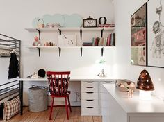 wiszące półki w dziecięcym pokoju,kącik z biurkiem dla dzieci,białe meble dzieciece,czerwone krzesło z drewna,meble dla dzieci,szary kolor w...