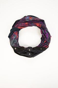 The Luna Infinity Scarf en Romantic Print/Black - foulard, bufanda Ropa deportiva Fabletics