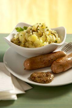 I u našich německých sousedů jsou brambory nejčastější přílohou. Tento vynikající vlažný salát by vám nabídli k opečené klobáse třeba v typické norimberské hospůdce.