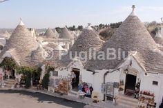 Visitare i trulli di Alberobello, in Puglia http://www.pugliablu.com/trulli-alberobello.html