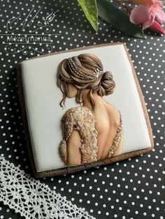 royal icing Bride on gingerbred. - (Hairstyle with Tiara Hairclip)! 👑 - Have a beautiful weekend! Super Cookies, Fancy Cookies, Iced Cookies, Wedding Favour Sweets, Cookie Wedding Favors, Cookie Icing, Royal Icing Cookies, Cupcakes, Cupcake Cookies