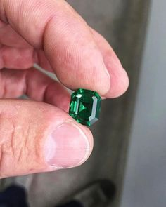 A 6 #carat 'minor oil' investment gem, cut by Ricardo for a client's #engagement 💍....Who wouldn't say yes to this beauty??? #exceptional #emeralds #colombianemerald #colombianemeralds #muzoemeralds #vivid #emeraldgreen #engagementring #wedding #weddings #weddingseason