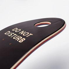 planche cruiser made in France pressée avec 7 plis d'érable dur Nord Américain. Shape Baise-en-ville 7.7 et trou dans le nose. Illustration originale Baise-en-ville Skateboards.