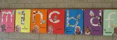 * De kinderen hebben de eerste letter van hun naam beplakt met stukjes papier gescheurd uit een tijdschrift. Bij de letter is Pompom geplakt en een foto van het kind