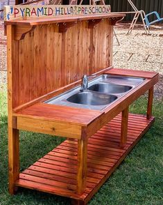 Pallet Furniture Projects Pallet kitchen sink - The ultimate dream of us all in a household is getting a couple of pallet storage cabinets to organize the stuff. These cabinets come in handy […] Pallet Patio Furniture, Furniture Projects, Rustic Furniture, Furniture Making, Diy Furniture, Pallet Bench, Outdoor Pallet, Garden Pallet, Furniture Movers