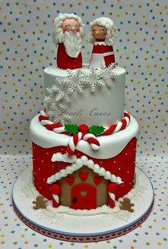 Beautiful Christmas cake (I like the simplified Mr & Mrs Clause) Christmas Cakes, Christmas Cake Designs, Xmas Cakes, Christmas Cake Decorations, Holiday Cakes, Christmas Goodies, Christmas Desserts, Fondant Christmas Cake, Christmas Topper