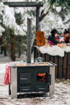 Die Terrasse wird zur Wohnküche  -- Grillen 2.0  Geniessen Sie einen gemütlichen Abend am Feuer. Ob Fleisch, Fisch, Meeresfrüchte oder Gemüse - alles lässt sich einfach, schnell und auf den Punkt zubereiten. Gleichzeitig  köchelt auf dem zweiten Feuer das Fondue, die Suppe oder der Glühwein. Die im nostalgischen Stil designte Küche kann ganzjährig (abgedeckt) draußen verbleiben, Ihrer spontanen Gartenparty steht also nichts im Wege.