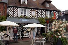 Beuvron-en-Auge: Normandische gezelligheid ** | Dorpen in Frankrijk Patio, Outdoor Decor, Home Decor, Wall Stud, Normandie, Eyes, Decoration Home, Room Decor, Home Interior Design