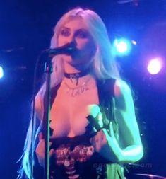 Taylor Momsen mostra as mamas em concerto - TomatesPodres.com