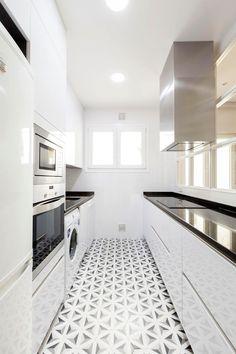 99 veces he visto estas agraciadas cocinas estrechas. Kitchen Interior, Modern Interior, Kitchen Design, Multipurpose Furniture, Patio Tiles, Small Space Kitchen, Best Flooring, Small House Design, Home Kitchens
