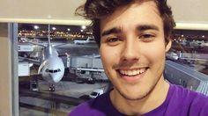 Nuestro chico en un aeropuerto para la siguiente parada de Violetta Live
