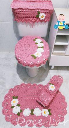 Jogo de Banheiro, com 4 peças, sendo: 1 tampa do vaso: 39cm x 45cm (s/ o bico) 1 tapete: 47cm x 69cm 1 porta-papel higiênio 1 capa p/ caixa acoplada - Fazemos com as cores de sua preferência! Crochet Owls, Crochet Home, Diy Crochet, Embroidery Hoop Art, Hand Embroidery Patterns, Crochet Patterns, Finger Knitting, Arm Knitting, How To Start Knitting