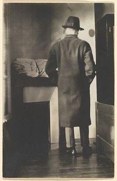 René Magritte - La Mort des Fantômes, 1928. Gelatin Silver Print.