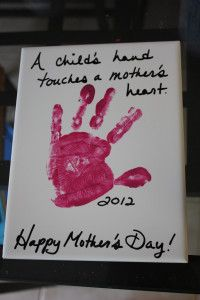 DIY Mothers Day Gift for Kids cute-mother-s-day-ideas. I could put Erin's hand & my hand on the canvas for my mom. :) Russey time to start thinking about Mothers Day Mothers Day Crafts For Kids, Diy Mothers Day Gifts, Fathers Day Crafts, Mothers Day Cards, Gifts For Kids, Parent Gifts, Happy Mothers, Diy Mother's Day Crafts, Mother's Day Diy