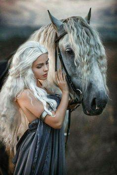 Not sure if Daenerys cosplay xD Pretty Horses, Horse Love, Beautiful Horses, Animals Beautiful, Horse Girl Photography, Fantasy Photography, Portrait Photography, Photo Portrait, Foto Pose