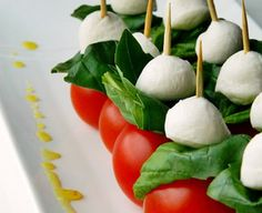 Koreczki Caprese Housewarming Party, Finger Food, Caprese Salad, Mozzarella, Sushi, Food And Drink, Eggs, Breakfast, Ethnic Recipes