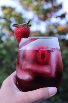 Take your favorite sparkling water and add it to a Cabernet Sauvignon, what? The results are this sweet and crisp Simple Sippin' Vodka Sangria Spritzer. Red Sangria Recipe With Vodka, Vodka Sangria, Vodka Red, Red Sangria Recipes, Sangria Cocktail, Rum Cocktail Recipes, Vodka Cocktails, Drinks Alcohol Recipes, Red Wine Spritzer