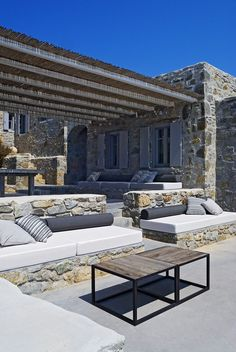 Cool concrete patio designs and the houses that complement them .-Cool Concrete Patio Designs und die Häuser, die sie ergänzen – Haus Styling Cool concrete patio designs and the houses that complement them - Concrete Patios, Concrete Patio Designs, Pergola Designs, Concrete Houses, Outdoor Spaces, Outdoor Living, Rustic Fire Pits, Modern Fire Pit, Greek House