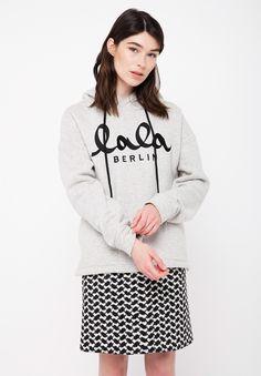 Sweatshirt Quinn ist ein softer Oversized Hoodie in coolem Streetwear-Chic mit farblich abgesetztem lala Berlin Logo. Das lässige Piece ist aus weicher Baumwolle gefertigt. Die Kapuze mit verstellbarem Kordelzug, sowie das weiche Futter sorgen für ein uneingeschränkt angenehmes Tragegefühl.