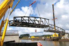 Abbruch Brücke: Ausgeben einer Kanalbrücke mit einem Eigengewicht von 110 t mittels zweier 500 t-Autokrane nach Trennung Brücke in zwei Segmente, Ausladung beim Heben ca. 22 m