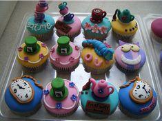 Superbe cupcakes version Alice au pays des merveilles :)