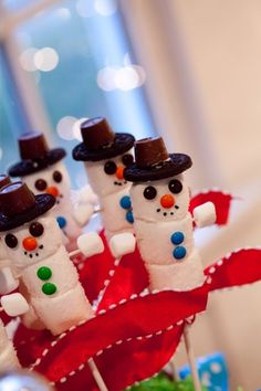 Marshmallow snowmen snacks. Making these for sure, for sure!
