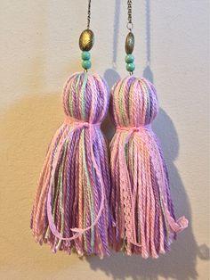 Resultado de imagen para paratí + borlas + cortinas Crochet Flowers, Lana, Tassel Necklace, Tassels, Sweets, Crafts, Home Decor, Ornaments, Wood