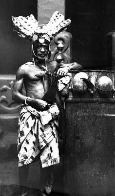 Kwahu 'Abetifi Head of the swordbearers of Odow Kwame of Abetifi dark exposure Ramseyer African American Artist, American Artists, Ivory Coast, Gold Coast, African Empires, King Pic, Warrior King, Man Skirt, Old Fort