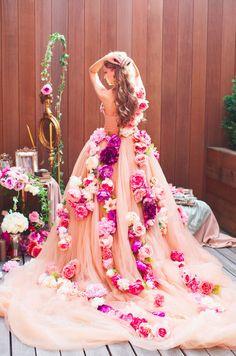 A tu medida, podrías hacerte un vestido mágico como este para tu gran día. | 41 Vestidos de boda inspirados en princesas de Nintendo