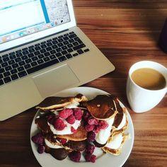 Guten Morgen :) heute hab ich mich zum Frühstück mal an low carb pancakes versucht : 80g gemahlene Mandeln 2 Eier (Eiweiß separat steif schlagen) Und nach Bedarf etwas Milch Alles zusammen ergibt nach dem Braten super fluffige pancakes Mit Joghurt und Himbeeren der absolute Traum! #yummy #selfmade #breakfast #lowcarb #pancakes #raspberry #yoghurt #coffee #macbook #goodmorning by cornyupintheair