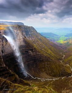 Birth of the Nervión River, Spain / Wasserfall Nervión-Quelle Beautiful Waterfalls, Beautiful Landscapes, Places To Travel, Places To See, Places Around The World, Around The Worlds, Beautiful World, Beautiful Places, Destinations
