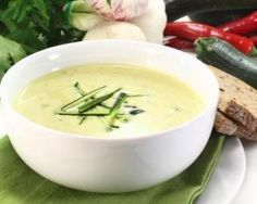 Zucchini cream soup with Laughing Cow © Weight Watchers - 1 PP: www.fourchette-and . Creamy Zucchini Soup, Zucchini Pesto, Roh Vegan, Sausage Soup, Cooking Recipes, Healthy Recipes, Cream Soup, Kefir, Winter Food