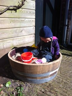 Oud wijnvat als zandbak - Playing with sand in old wine barrel