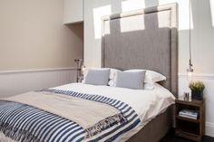 chambre claire à tête lit rembourrée surdimensionnée