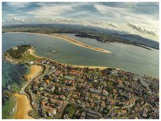 impresionante vista aérea de #Santander: se observa la lengua de arena llamada Playa de El Puntal, La Playa de Los Biquinis y la Península de La Magdaleta, la Playa de El Camello y la Playa de La Concha. #Cantabria | #Spain