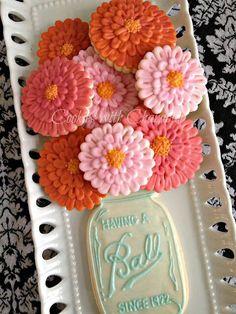 どうみてもかわいい:Bridal shower cookie idea! Not loving the mason jar, but in love with the flower cookies!