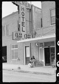 Shoeshine boy, Brownsville, Texas at Milner Hotel (former Rverside and Moddy Hotel - today UETA building on St and E Levee St. My Family History, Texas History, Old Photos, Vintage Photos, Rio Grande Valley, Colorized Photos, Historical Landmarks, The Old Days, Urban Life