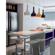 As bancadas de cozinhas e áreas gourmet ganham destaque com luminárias pendentes. Abuse das cores e modelos. Estas são pendentes Linna por Interpam. Você encontra na Interluz.