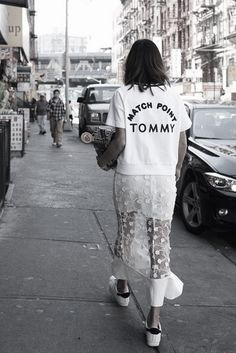 Slogan tees are a great way to bring a street wear feel to any outfit.Fashion Outfit Street Style Look Clothes Inspiration Street Style Outfits, Look Street Style, Mode Outfits, Street Chic, Street Wear, Fashion Weeks, Mode Style, Style Me, Look Fashion