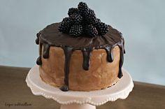 Suklaaherkkujen toisena leipomuksena äitini 75-vuotisjuhlintoihin oli vuorossa jokaisen suklaaholistin unelmakakku! Todella mehevän ja koste...