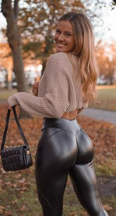 Pantalon Vinyl, Mode Des Leggings, Beste Jeans, Corpo Sexy, Mode Rock, Looks Pinterest, Hot Outfits, Girls Jeans, Pin Up Girls