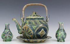 Friesland, vier stuks kerfsnee aardewerk, w.o. theepot, 19e eeuw