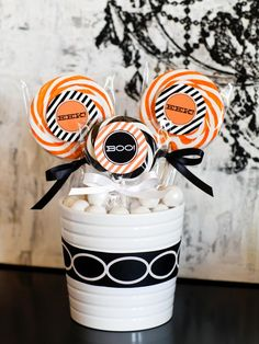 The holiday entertaining experts at HGTV.com share kid-pleasing ideas for creative Halloween party favors and treat bags.